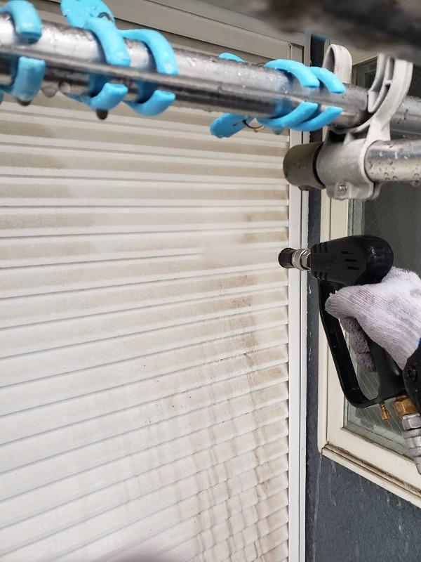 外壁の高圧洗浄では、シャッターの汚れも洗い流しました。