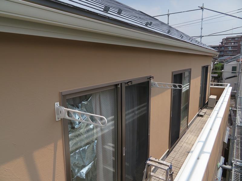 外壁の上塗りが完成すると、塗料がつかないように窓ガラスなどを覆っていた養生を外すので、室内にいても圧迫感が軽減されます。