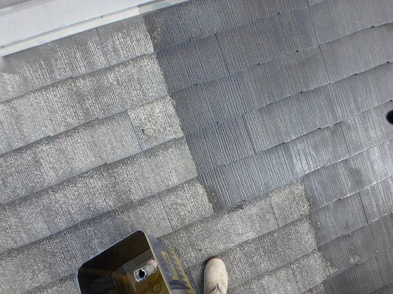 屋根の下塗りがスタートしました。下塗りをすることで、その次に塗る塗料の密着度が高まります。