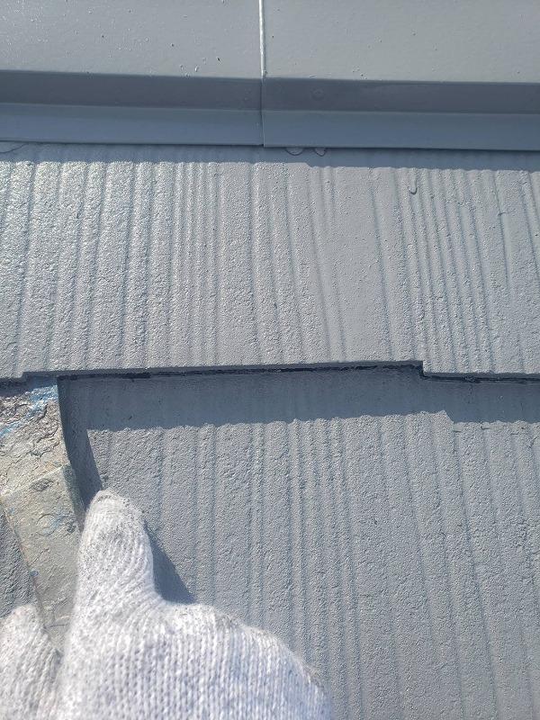 瓦と瓦の隙間は雨漏り防止に隙間が必要なので、塗料で隙間が埋まりそうな時だけ「タスペーサー」という器具を取り付けます。確実に隙間を確保できるよう、中塗りの後にタスペーサーを入れていきます。