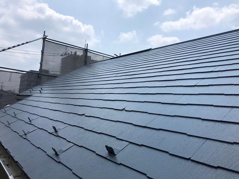 上塗りが完成しました。金属の雪止めも屋根と同じ色で塗ってあります。