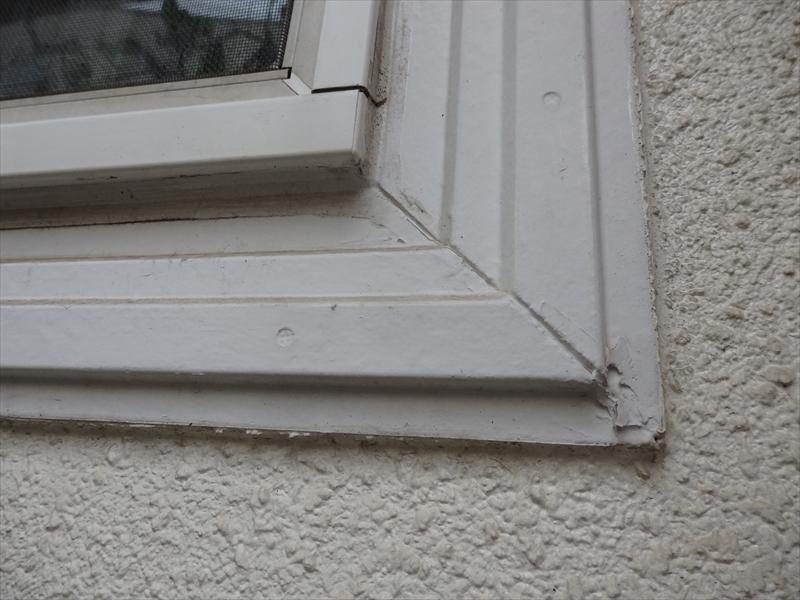 窓枠の角をふさいでいるシールにひび割れが入っていました。
