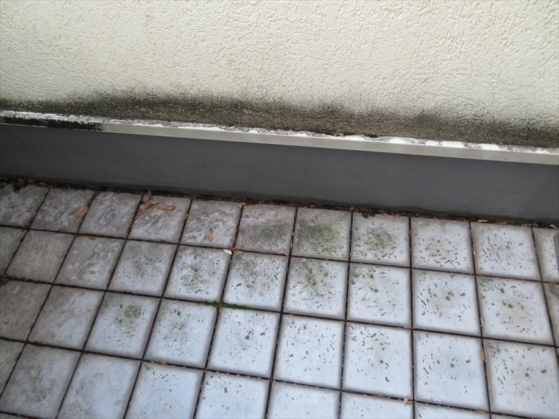 ベランダの立ち上がり部分が特に汚れていました。