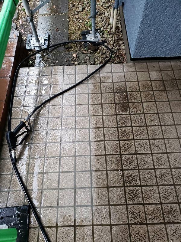 玄関のタイルも土汚れが取れて、すっきりきれいになりました。