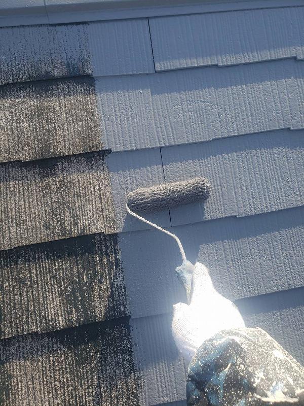 屋根の下塗りが乾いた後は中塗りに入ります。ひび割れ等があったらこの段階で補修します。