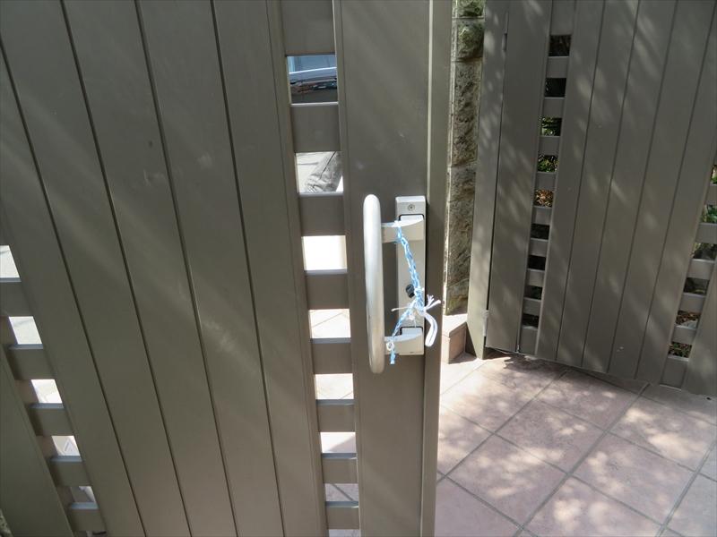 門扉がうまく閉まらず、紐等で毎日固定しているそう。
