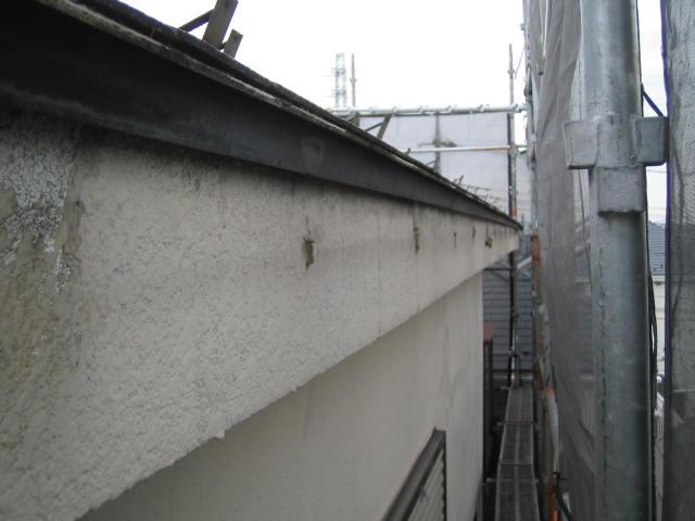 雪で歪んだ雨樋を撤去します。この後、外壁を塗る際に金具を取付けていた跡を綺麗に補修します。