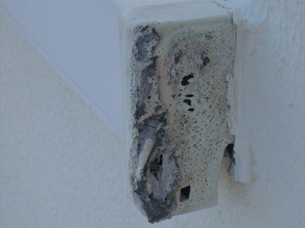 笠木の土台部分も熱で変形して、穴が空いている部分もありました。