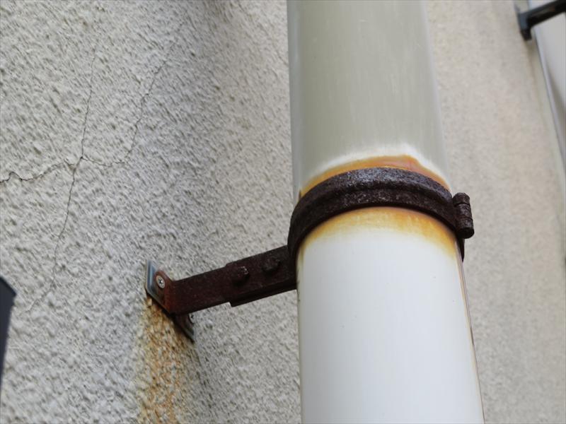 雨樋を外壁に固定している金具が錆びて、外壁も汚しています。
