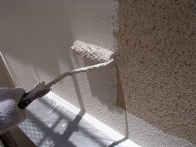 外壁のメイン色(一番範囲が広い色)の中塗りです。