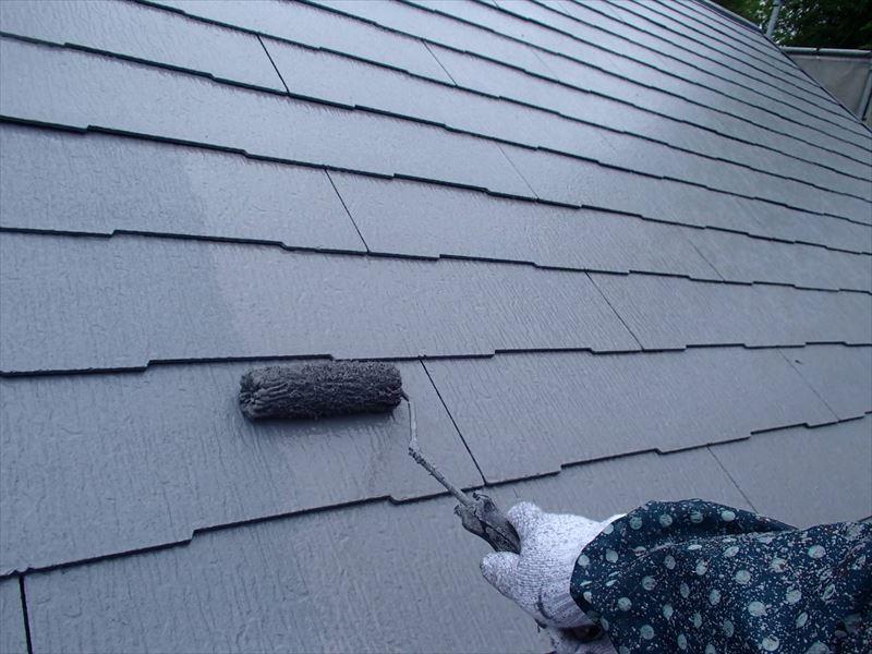 屋根の上塗りです。2回トップコートを塗ることで、しっかりとした塗膜を作ります。