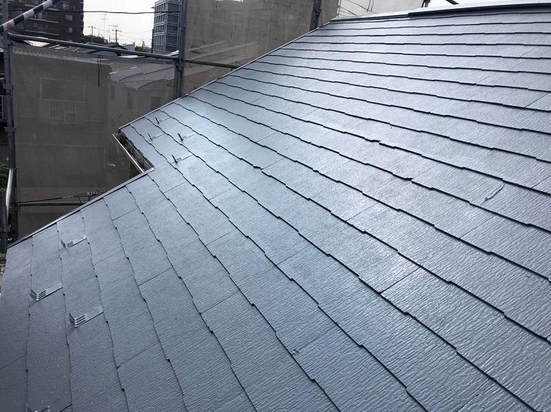 屋根の中塗りが完成しました。写真では、同じグレーの塗料でも乾き具合や日の当たる量で違う色に見えます。