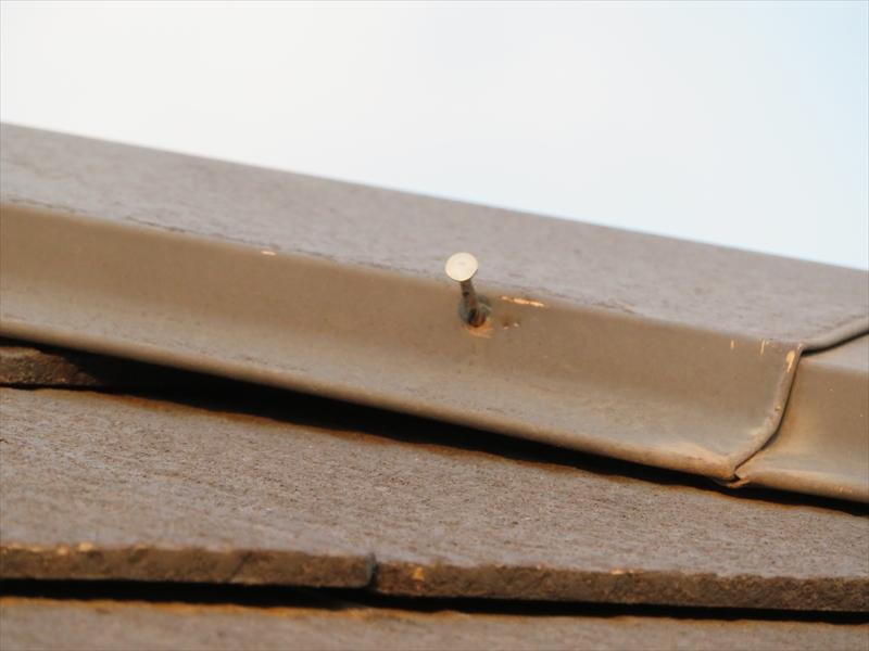 屋根の棟板金の釘が浮いていました。