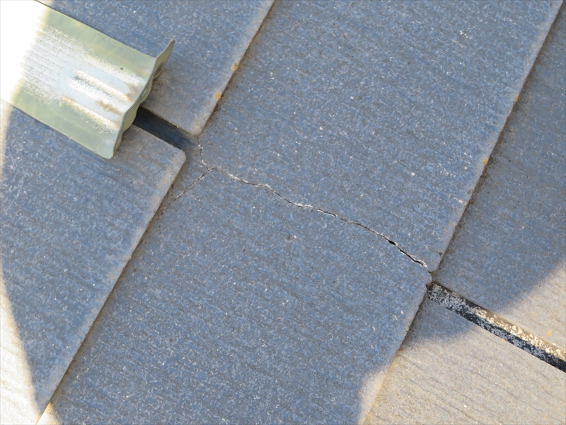 こちらは屋根のひび割れの様子。
