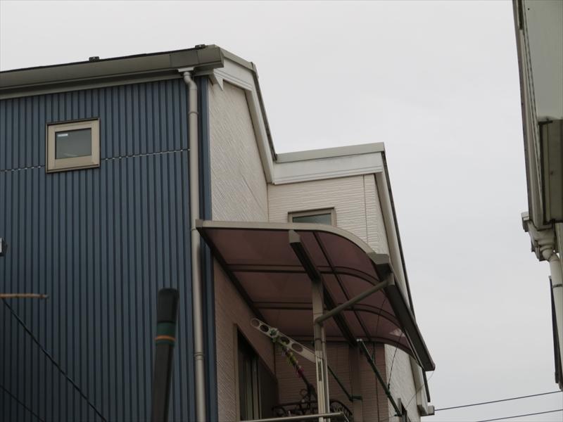 こちらはベランダの屋根部分。この上の外壁の塗装は、屋根の上に足場を作る必要があります。