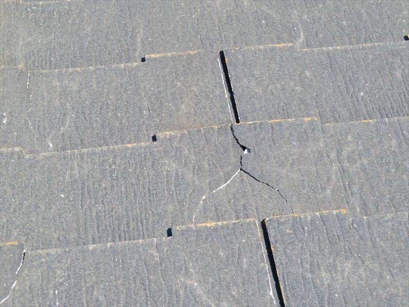 屋根のスレートにところどころヒビが入っていました。