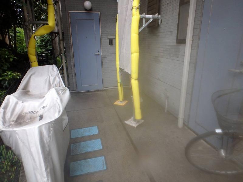 こちらも高圧洗浄の様子。集合住宅なのでドアの数が多く、気を使いながらの作業です。