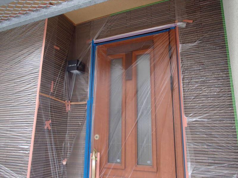 外壁の塗装しない部分に塗料がつかないように、しっかりとシートで覆います。