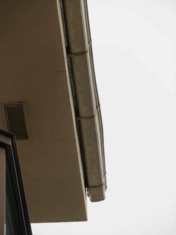 雨樋も歪んでいました。雨樋の歪みはほとんどが雪が積もって固まって落ちる際の衝撃で、火災保険の対象になります。