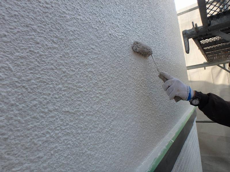 外壁部分のモルタルの中塗りがスタートしました。塗りムラにならないように丁寧に塗っていきます。