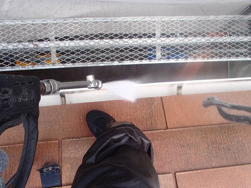 雨樋の汚れも水圧で洗います。これで雨樋のつまりも解消されます。