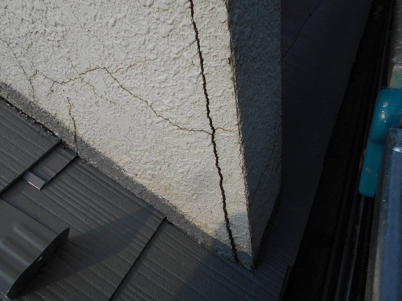 小さなひび割れは塗料だけで埋められますが、塗料だけでは厳しい大きめのひび割れがありました。