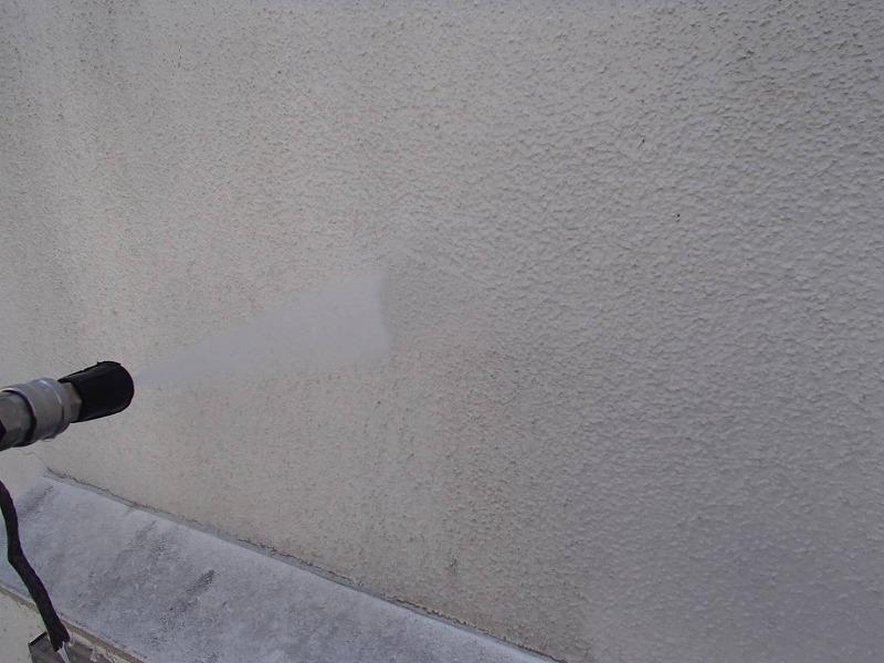 こちらも外壁の高圧洗浄の様子。