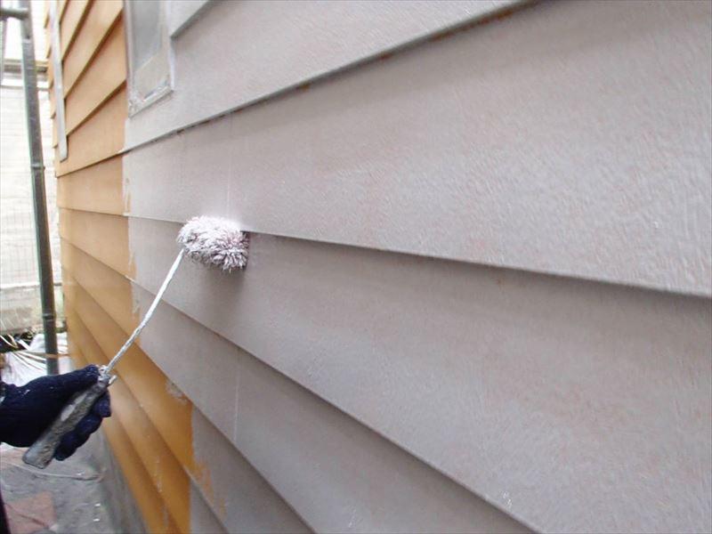 外壁の下塗り材を塗っています。下塗り材は上塗材の密着度を高める効果があります。