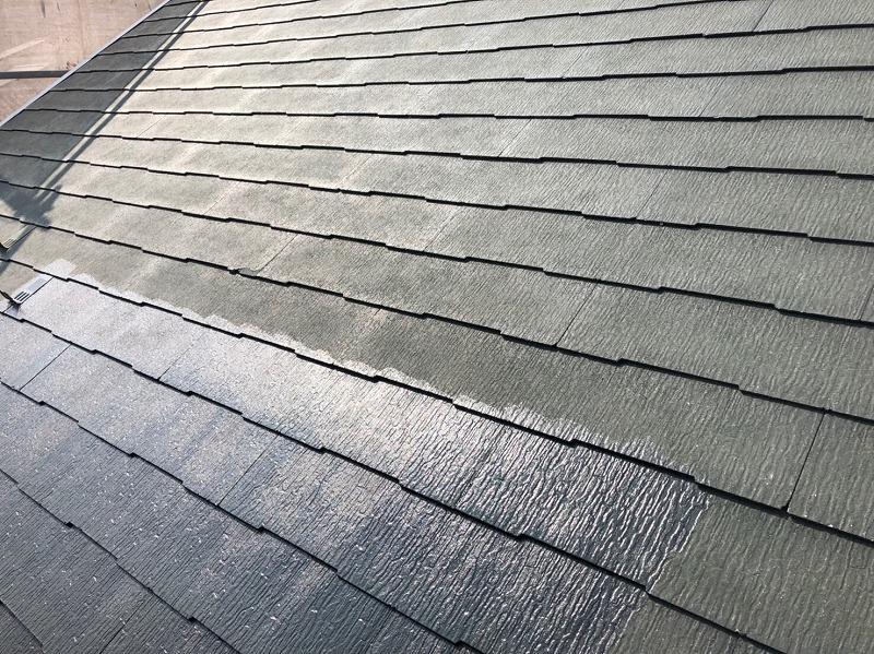 屋根の瓦と瓦の隙間や境目は塗装漏れにならないようにしっかりと塗っていきます。