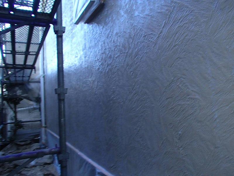 外壁の下塗りが完成しました。白っぽい半透明の塗料なので、まだ元々の外壁の色が透けて見えます。