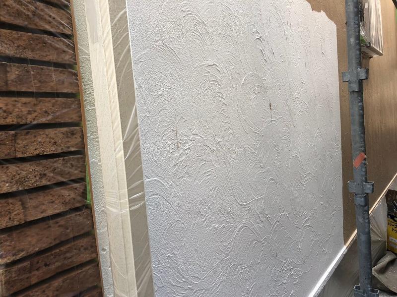 外壁の中塗りがスタートしました。塗装不良にならないように塗りムラに気をつけて塗っています。
