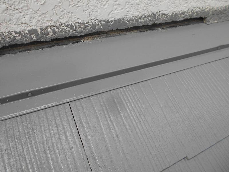屋根のドーマー部分の外壁と屋根の間の隙間のコーキングが取れていました。