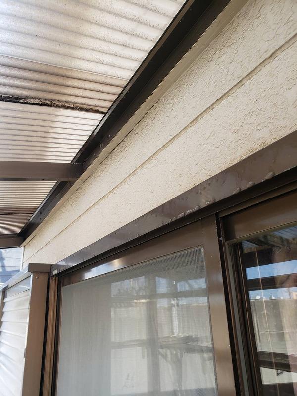 窓まわりの高圧洗浄は網戸が破れたり、窓にヒビが入っているとヒビが広がることがあるので、とても気をつかいます。