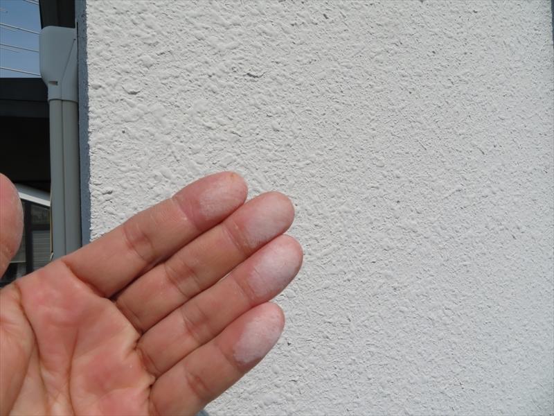 外壁の塗料が劣化してチョーキングが起こっていました。