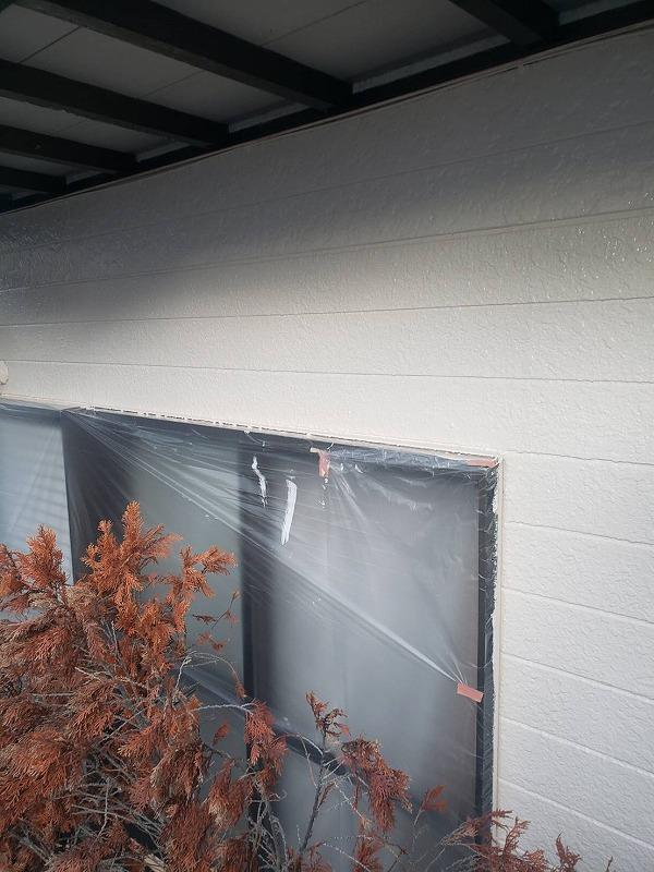 外壁の中塗りができました。窓等、塗料がついて困るところはビニールで覆って養生しています。
