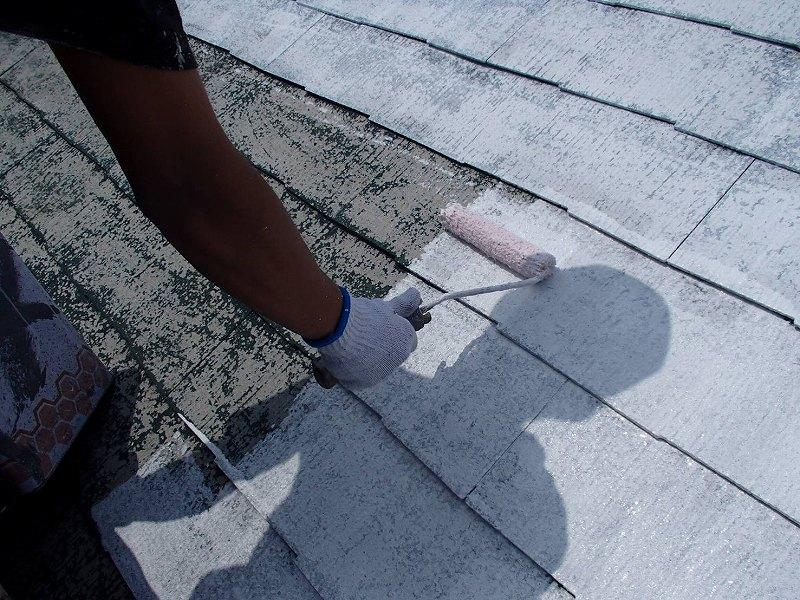 屋根の下塗りをしています。この後に塗る塗料の密着生を高めます。