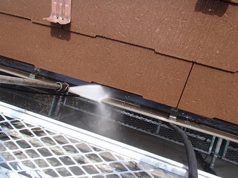 雨樋の汚れも洗い流しています。
