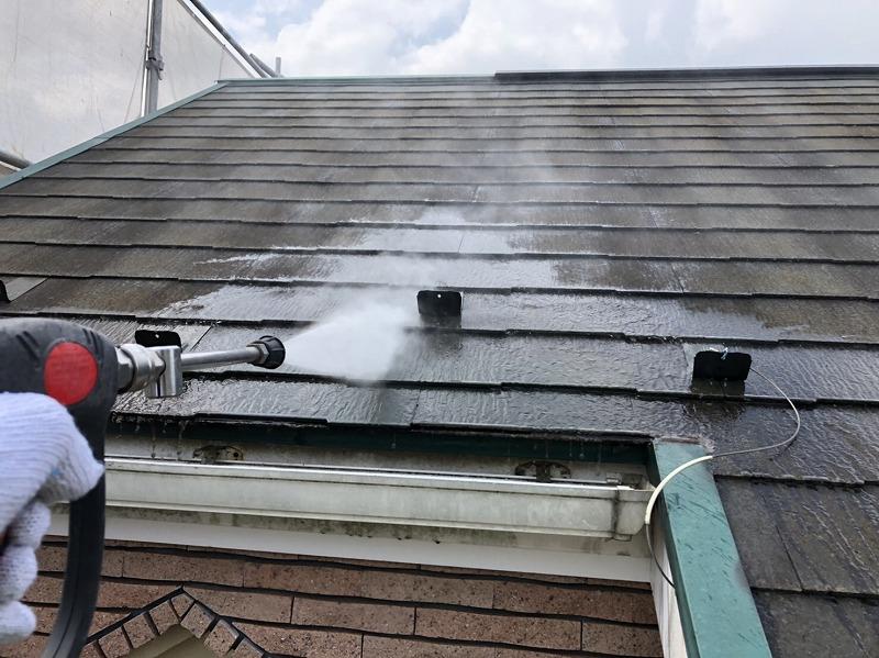 屋根のひび割れ等をチェックしながら、丁寧に洗っていきます。