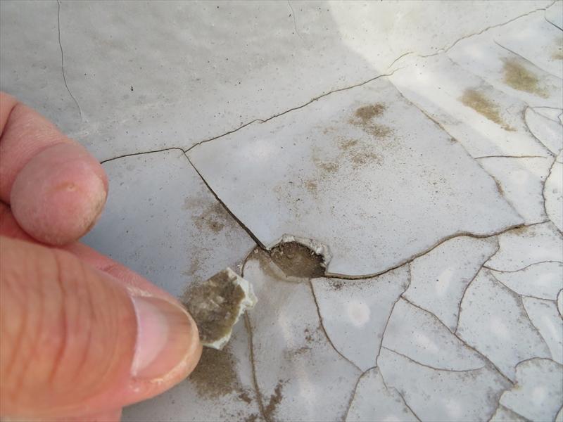 ベランダの防水面を保護している塗料の膜が割れて取れている箇所もあります。