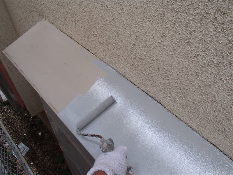 トタンヒサシは鉄部なので、錆止め剤を塗っています。