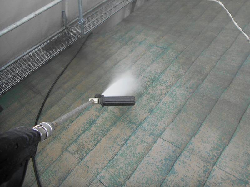 屋根を高圧洗浄できれいにしました。