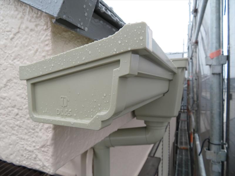 雨樋の取り付けも完了しました。全て交換したので、雨樋は塗装しませんでした。