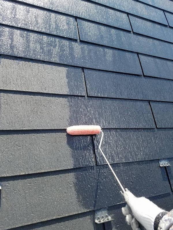 屋根の下塗りを開始しました。この段階で、ひび割れなどがないか細かくチェックしていきます。