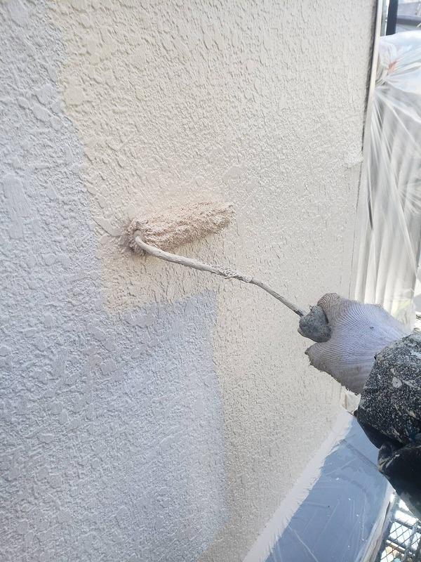 外壁の中塗りです。外壁の模様がある場合は、凹凸で塗りむらが出ないように注意しています。