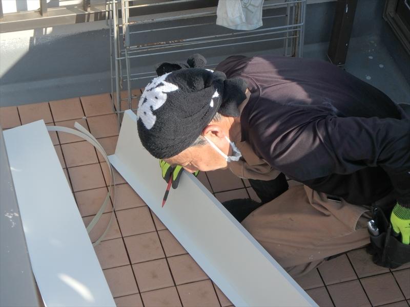破風板のサイズに合わせた折った板金を、現場で最終チェックを行いながら切断します。