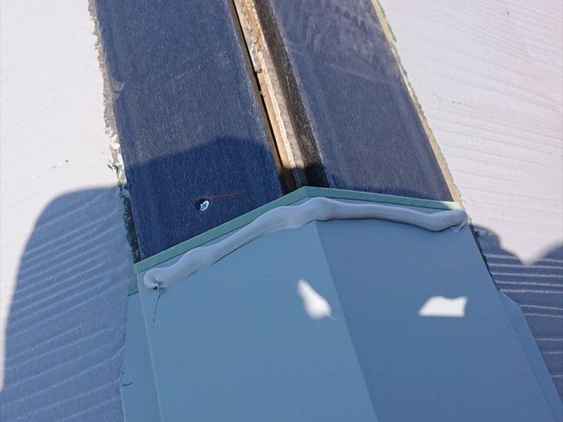 貫板の上に板金を取り付け、板金が重なるところはシールを打って、雨水が染み込まないようにしっかりと対応します。