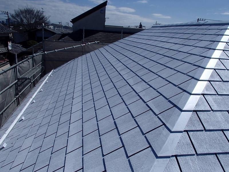 屋根の下塗りが完成しました。半透明の白っぽい塗料なので、元々の塗料が透けて見えます。