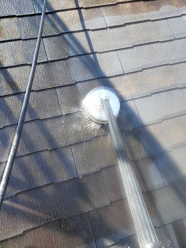 屋根の洗浄を行いました。ブラシの付いた洗浄機でしっかりと汚れを擦り落としていきます。
