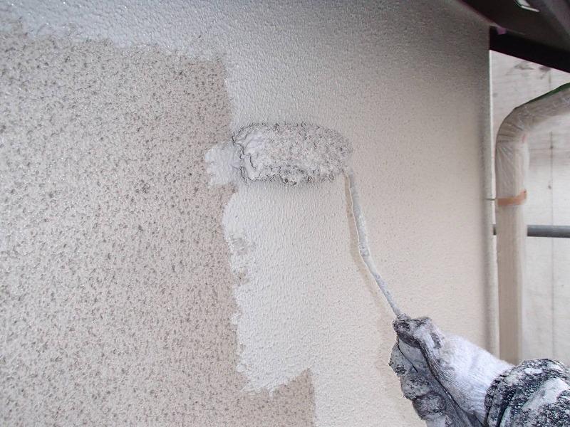 外壁の中塗りがスタートしました。塗装不良にならないよう丁寧に塗装していきます。