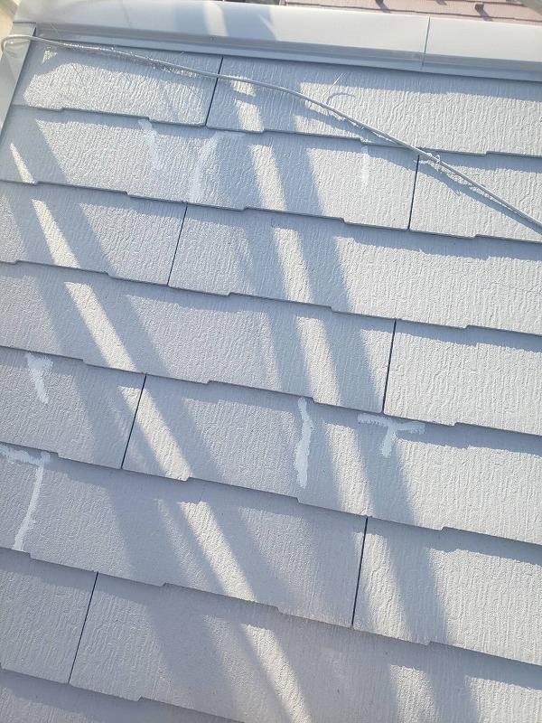 中塗りの時に屋根のひび割れをチェックして補修します。
